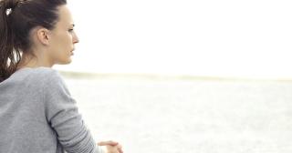 Femeie tristă - imagine preluată de pe biblestudytools.com